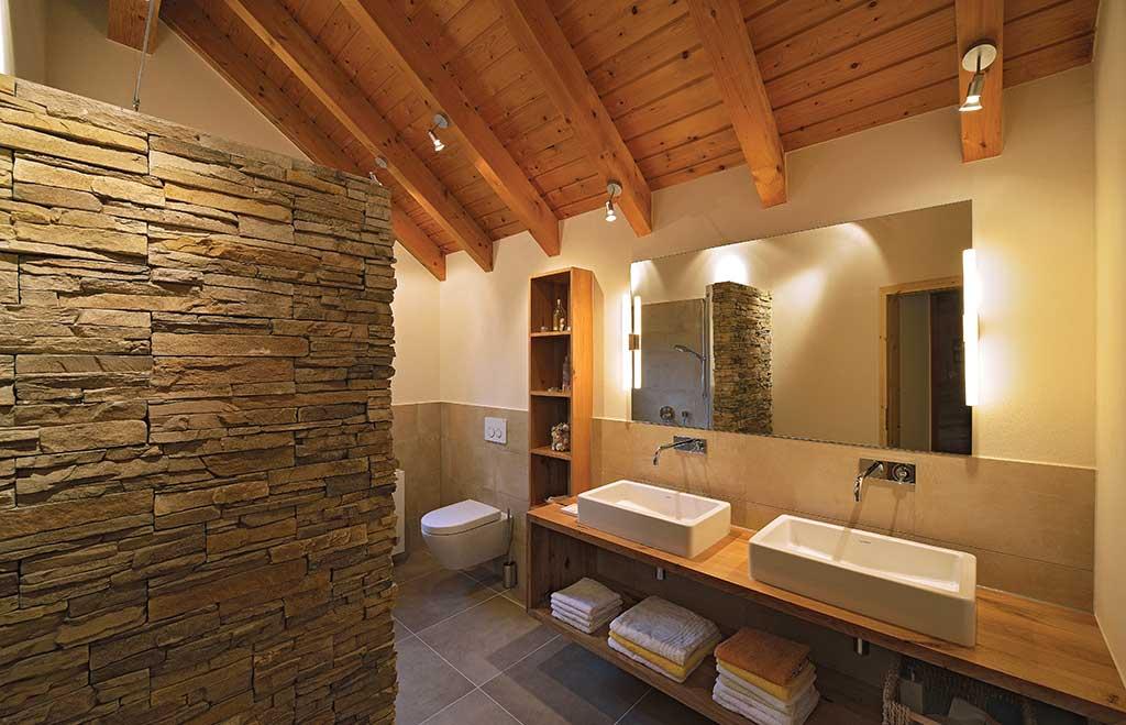 Neues Bad im Dachgeschoß mit warmweißen Silikatputz anstatt raumhoher Fliesen an den Wänden